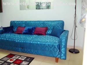 Sala de la CASA NORA con un cómodo sofá cama