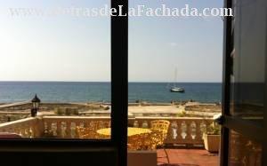 Vista desde la cama hacia la terraza y el mar.