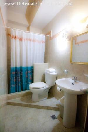Baño privado,agua fría y caliente,habituallamiento