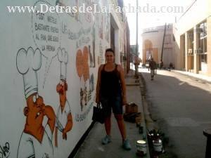 Alfredo Martirena frente a mural