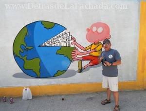 Alfredo Martirena frente a su obra en mural