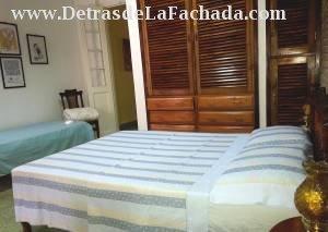 Habitación con cama doble y sencilla