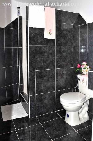 Baño exterior para uso de la renta Hostal Ciro y L