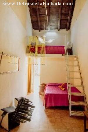 Habitación doble con cama matrimonial y una person