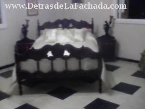 Habitación con una cama doble