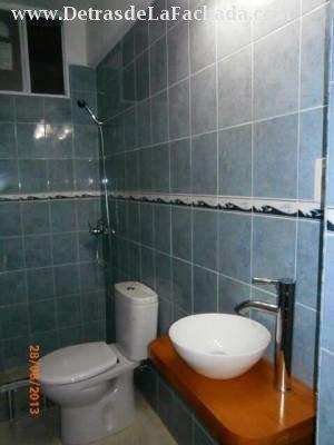 Baño de visita y de cuarto de servicio.