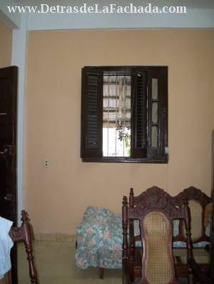 Sala. La ventana da a la azotea