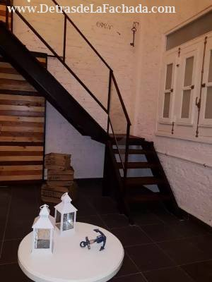 Escalera que conduce al primer piso