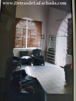 La sala es amplia, marquetería hierro y cristal