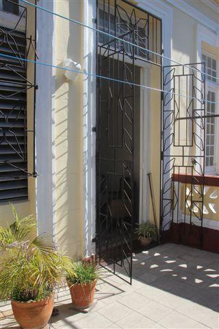 Terraza con  balcón y rejas