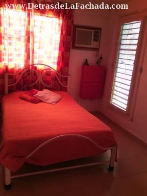 Dormitorio con escalera hacia la azotea terraza