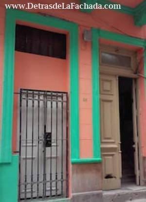 Entrada principal del Edificio, puerta amarilla