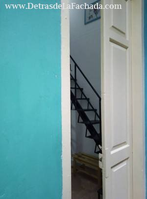 Acceso al apartamento pequeño por el pasillo