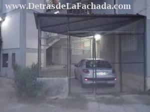 Fachada de la casa con garaje por el frente