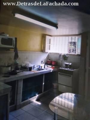 La cocina es amplia , con marquetería de aluminio