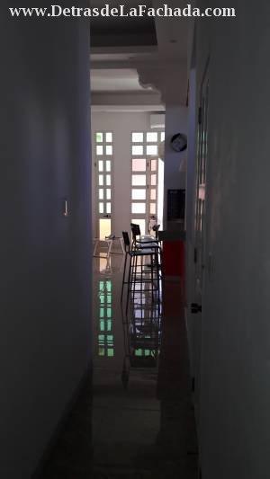 Pasillo entre cuartos y sala