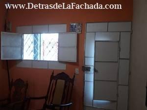 Puerta y ventana que dan para el frente de la casa