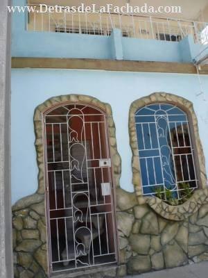 Entrada , frente de la casa. Escalera caracol