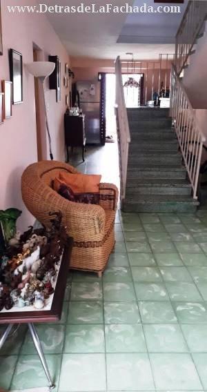 Sala y escalera a planta alta