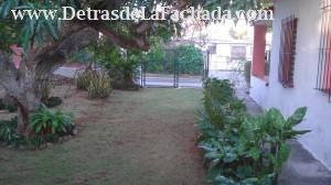 Parte del patio lateral derecho