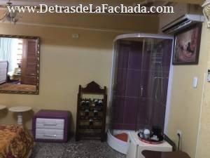 Cuarto grande  con su closet de madera y bañadera