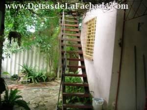 Vista parcial del patio, y escalera a la azotea