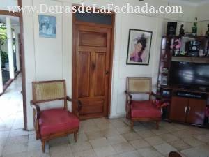 Esta es la sala y las puertas son de madera buena
